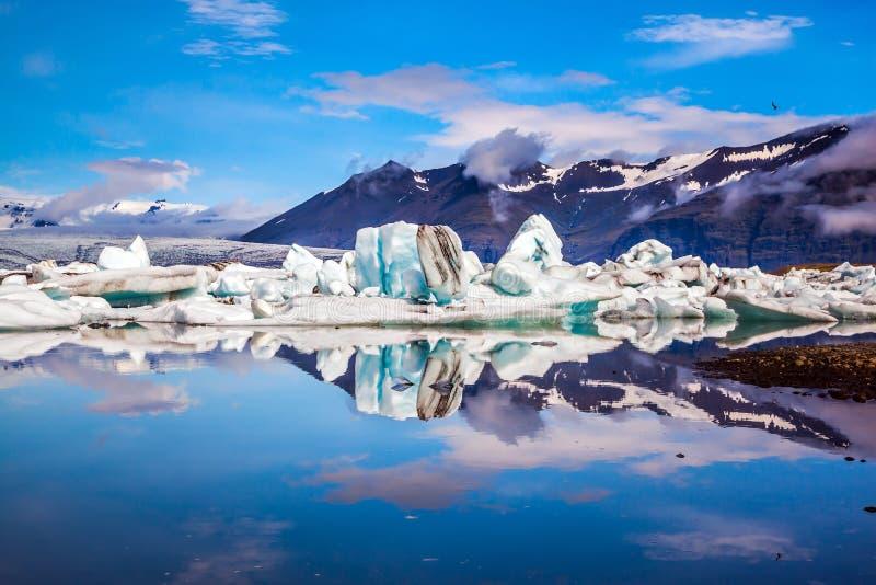 Παγόβουνα που απεικονίζονται στην επιφάνεια νερού στοκ εικόνα