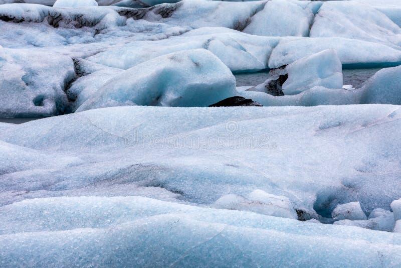 Παγόβουνα που επιπλέουν στη λιμνοθάλασσα Jokulsarlon από τη νότια ακτή ο στοκ φωτογραφίες με δικαίωμα ελεύθερης χρήσης