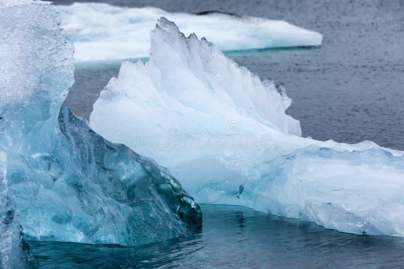 Παγόβουνα που επιπλέουν στη λιμνοθάλασσα Jokulsarlon από τη νότια ακτή ο στοκ εικόνα με δικαίωμα ελεύθερης χρήσης