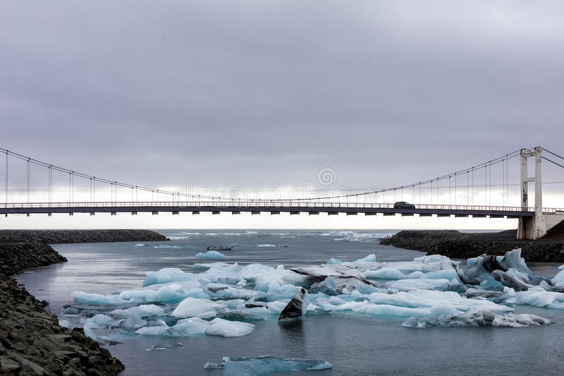 Παγόβουνα που επιπλέουν στη λιμνοθάλασσα Jokulsarlon από τη νότια ακτή ο στοκ εικόνες
