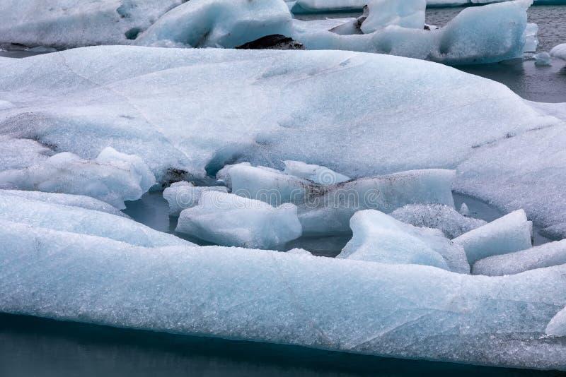 Παγόβουνα που επιπλέουν στη λιμνοθάλασσα Jokulsarlon από τη νότια ακτή ο στοκ φωτογραφίες