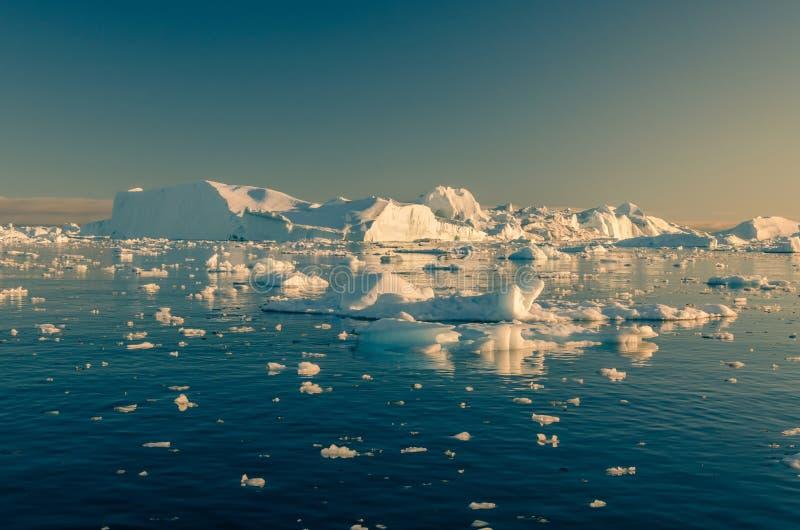 Παγόβουνα που φθάνουν στο στόμα του Ιλούλισσατ Icefjord, Γροιλανδία στοκ φωτογραφία με δικαίωμα ελεύθερης χρήσης