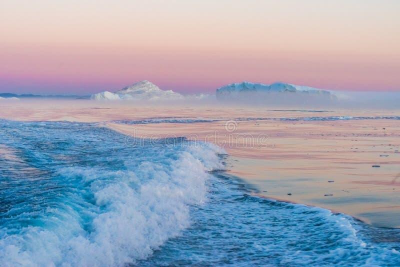Παγόβουνα στον ήλιο μεσάνυχτων, Ιλούλισσατ, Γροιλανδία στοκ εικόνες με δικαίωμα ελεύθερης χρήσης
