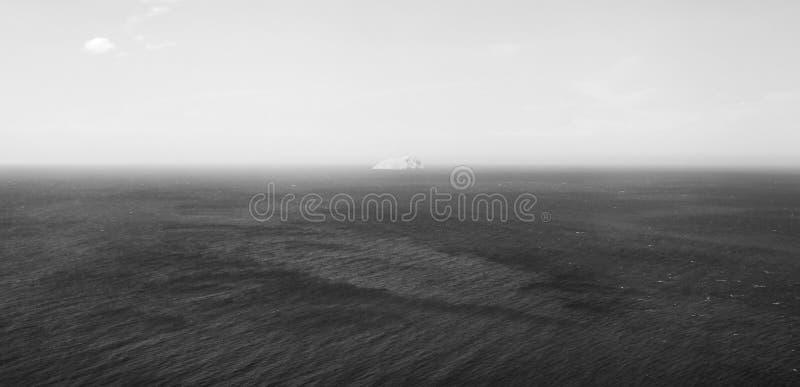 Παγόβουνο πάγου στην κρύα Βόρεια Θάλασσα Γραπτή, μονοχρωματική φωτογραφία στοκ εικόνες