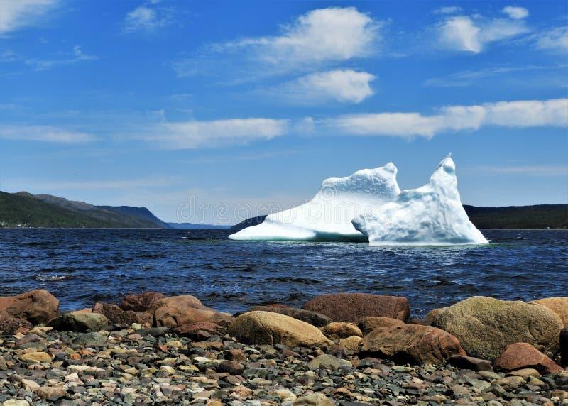 Παγόβουνο που επιπλέει στο νερό την ηλιόλουστη ημέρα στοκ εικόνες με δικαίωμα ελεύθερης χρήσης