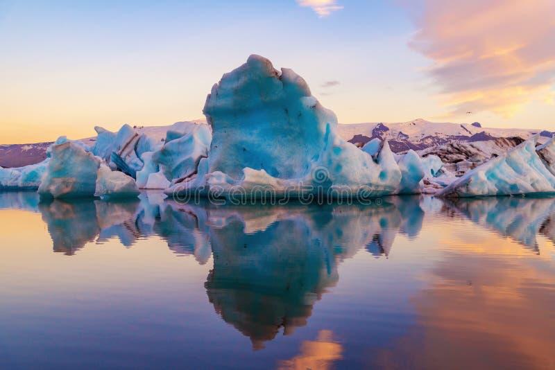 Παγόβουνο στη λιμνοθάλασσα παγετώνων Jokulsarlon Εθνικό πάρκο Vatnajokull, καλοκαίρι της Ισλανδίας Ήλιος μεσάνυχτων στοκ φωτογραφία με δικαίωμα ελεύθερης χρήσης