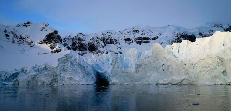 Παγόβουνο στο καπάκι της Ανταρκτικής επάνω από το φως στοκ εικόνες