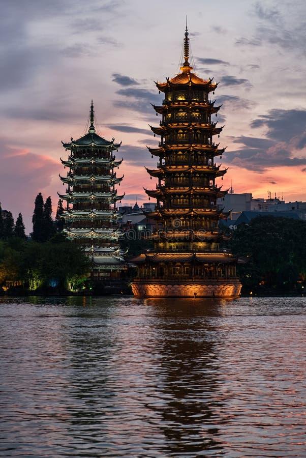 Παγόδες ήλιων και φεγγαριών σε Guilin, Κίνα στοκ εικόνα με δικαίωμα ελεύθερης χρήσης