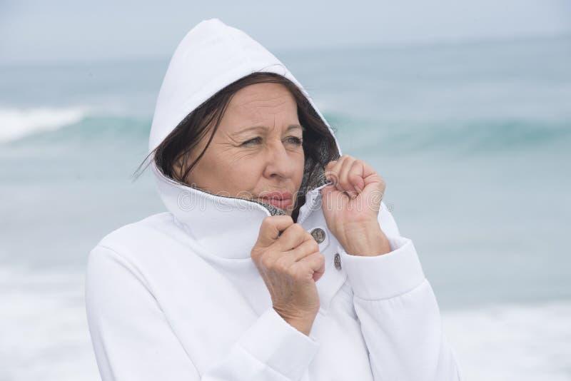 Παγώνοντας φθινόπωρο γυναικών στον ωκεανό στοκ εικόνες με δικαίωμα ελεύθερης χρήσης