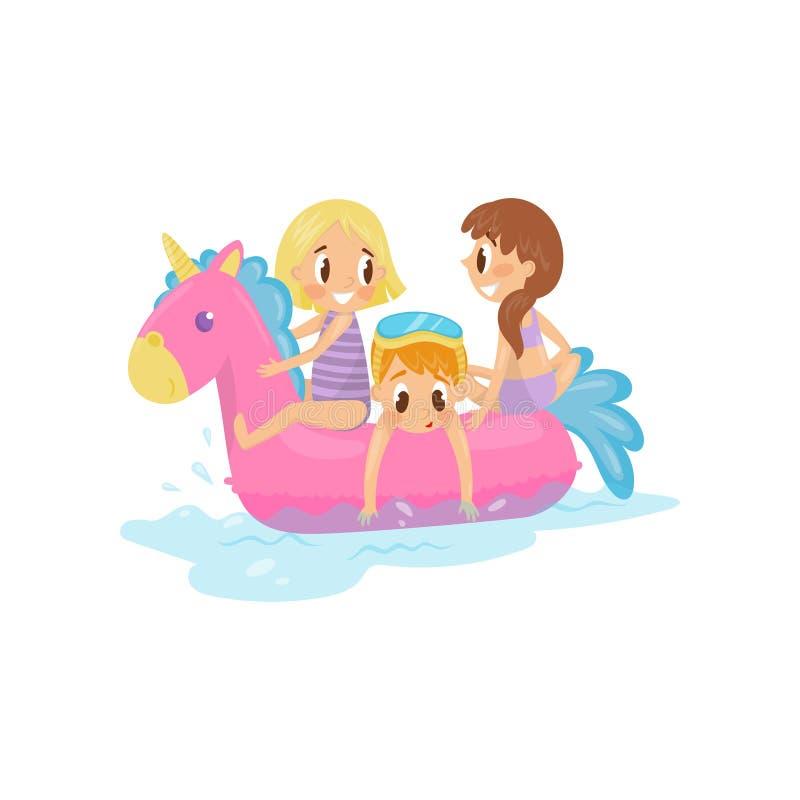 Παιδάκια που κολυμπούν εν πλω στο ρόδινο διογκώσιμο μονόκερο Παιδιά στο επιπλέον παιχνίδι Επίπεδο διάνυσμα θερινής υπαίθριο δραστ απεικόνιση αποθεμάτων