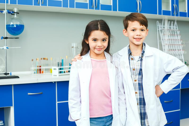 Παιδάκια που μαθαίνουν τη χημεία στους καλύτερους φίλους σχολικών εργαστηρίων στοκ εικόνα με δικαίωμα ελεύθερης χρήσης