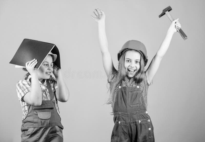 Παιδάκια στο κράνος με την ταμπλέτα και το σφυρί r 1 μπορεί t r μικρή επισκευή κοριτσιών στοκ φωτογραφία