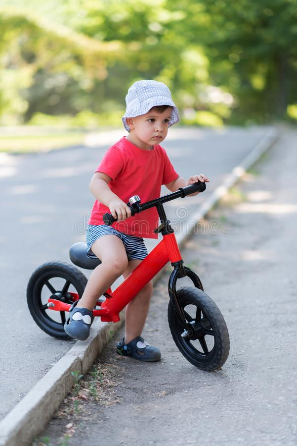 Παιδάκι που οδηγά ένα ποδήλατο χωρίς καλοκαίρι πενταλιών στοκ φωτογραφία με δικαίωμα ελεύθερης χρήσης
