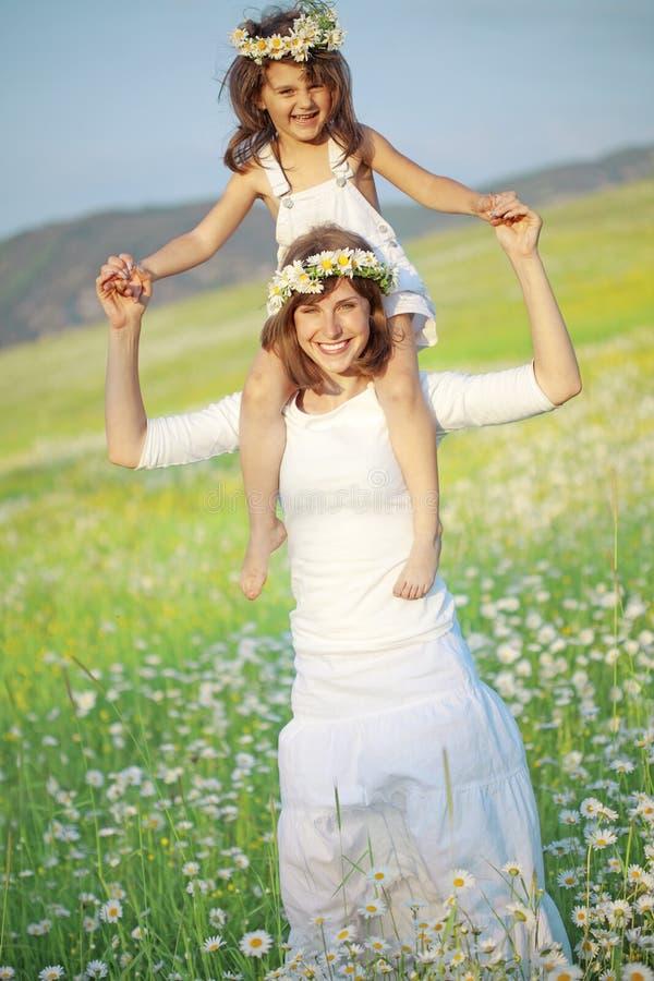 παιδί ευτυχές η μητέρα της στοκ εικόνα