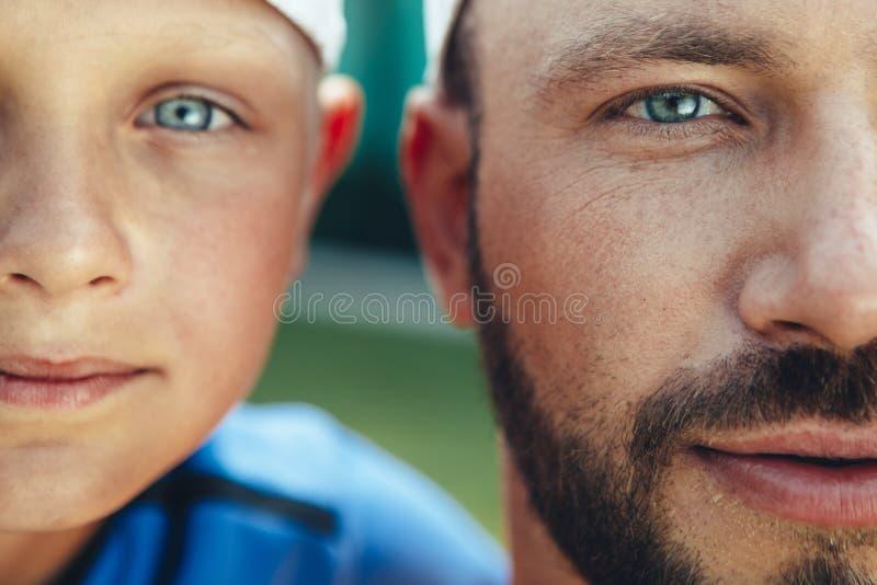 Παιδί και μπαμπάς που εκφράζουν την ευτυχία στοκ εικόνα με δικαίωμα ελεύθερης χρήσης