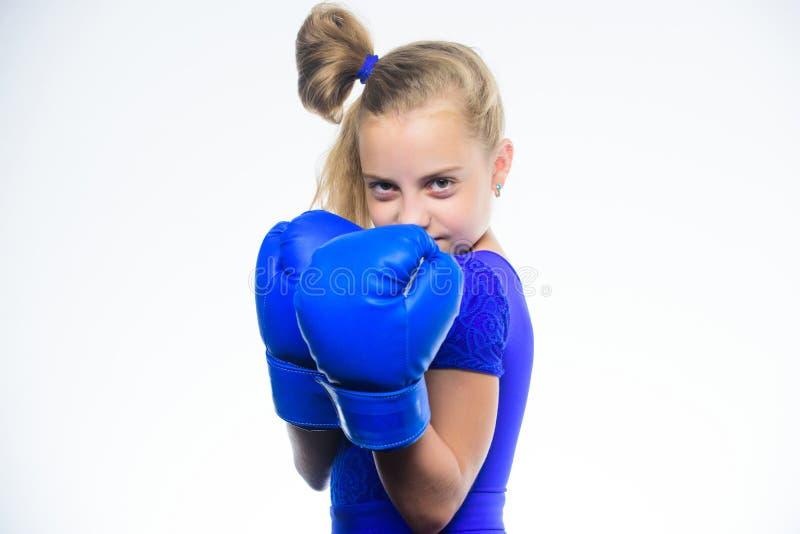 Παιδί κοριτσιών με τα μπλε γάντια που θέτουν στο άσπρο υπόβαθρο Αθλητική ανατροφή Ανατροφή για την ηγεσία και το νικητή ισχυρός στοκ φωτογραφία με δικαίωμα ελεύθερης χρήσης