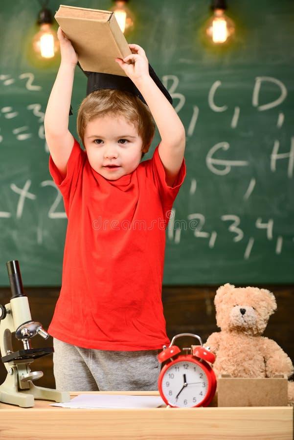 Παιδί, μαθητής στο εύθυμο πρόσωπο κοντά στο μικροσκόπιο Έννοια Wunderkind Πρώτα προηγούμενος ενδιαφερόμενος στη μελέτη, εκπαίδευσ στοκ εικόνες με δικαίωμα ελεύθερης χρήσης