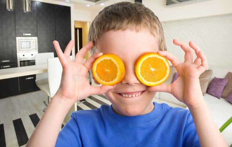 Παιδί με ένα πορτοκάλι στοκ εικόνες