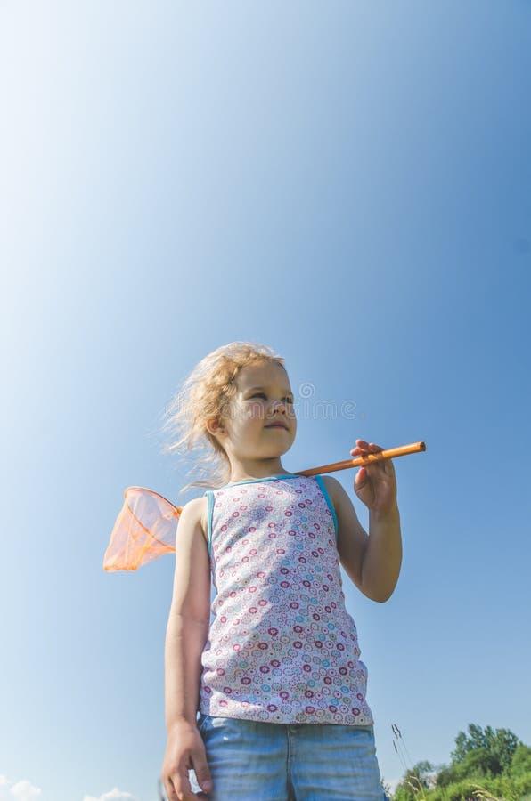 Παιδί με καθαρές συλλήψεις μια πεταλούδα στοκ εικόνες με δικαίωμα ελεύθερης χρήσης
