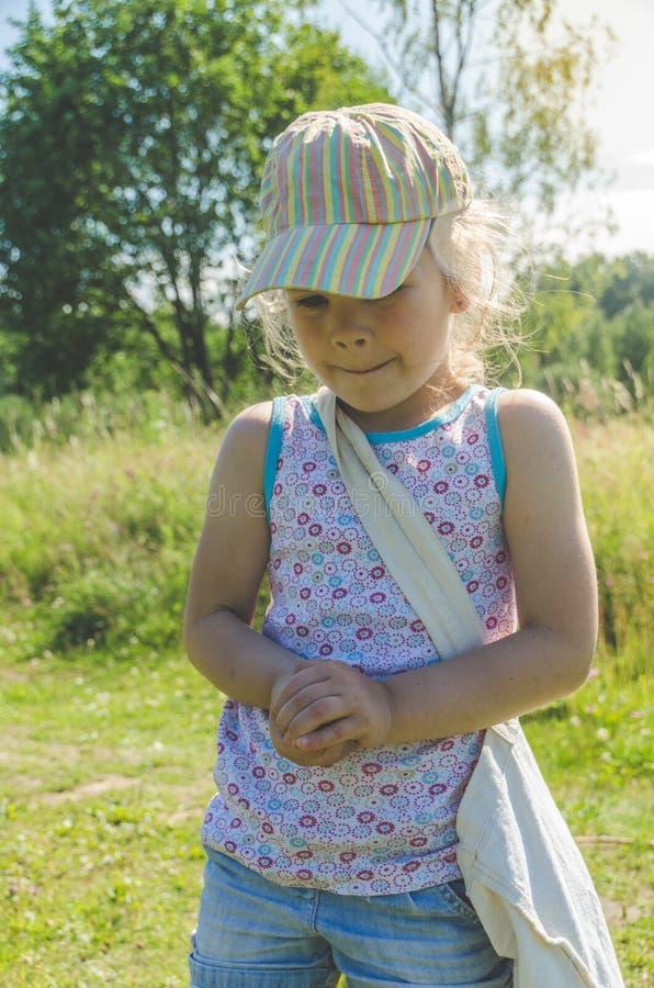 Παιδί με καθαρές συλλήψεις μια πεταλούδα στοκ εικόνες
