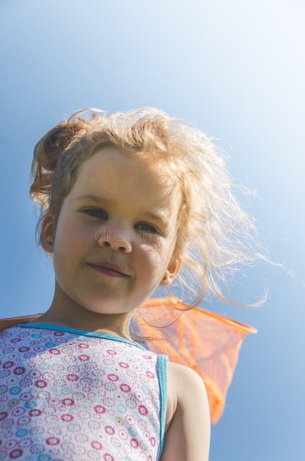 Παιδί με καθαρές συλλήψεις μια πεταλούδα στοκ φωτογραφία με δικαίωμα ελεύθερης χρήσης