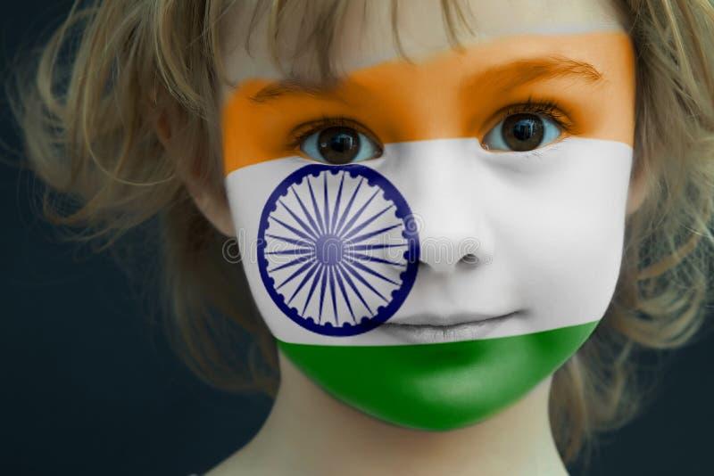 Παιδί με μια χρωματισμένη σημαία της Ινδίας στοκ φωτογραφία με δικαίωμα ελεύθερης χρήσης