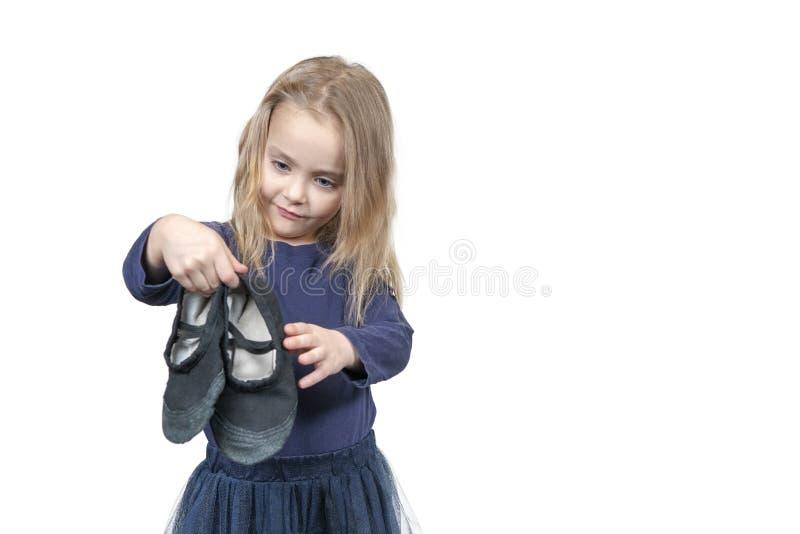 Παιδί με τα παπούτσια γυμναστικής υπό εξέταση στοκ εικόνα με δικαίωμα ελεύθερης χρήσης