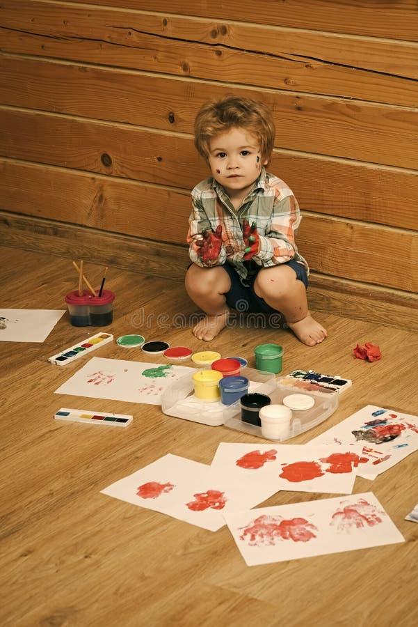 Παιδί με τα χρωματισμένα χέρια, τα χρώματα γκουας και τα σχέδια στοκ φωτογραφία με δικαίωμα ελεύθερης χρήσης