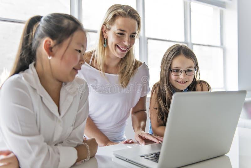 Παιδί με την ταμπλέτα τεχνολογίας και φορητός προσωπικός υπολογιστής στο δάσκαλο τάξεων στο υπόβαθρο στοκ φωτογραφία με δικαίωμα ελεύθερης χρήσης