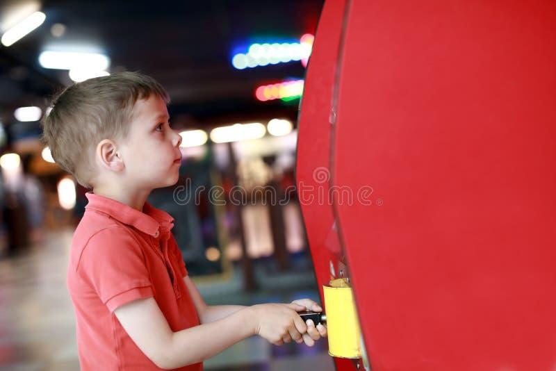 Παιδί που έχει τη διασκέδαση στο κέντρο ψυχαγωγίας στοκ εικόνα με δικαίωμα ελεύθερης χρήσης