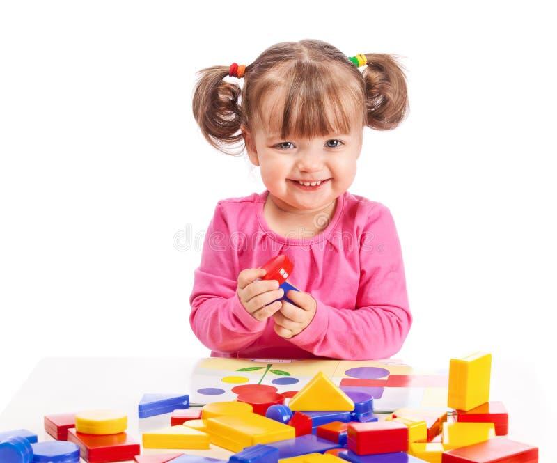 παιδί που αναπτύσσει τα παιχνίδια παιχνιδιών στοκ φωτογραφίες