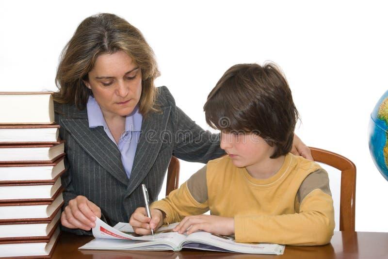παιδί που βοηθά τη μητέρα ερ στοκ εικόνες με δικαίωμα ελεύθερης χρήσης