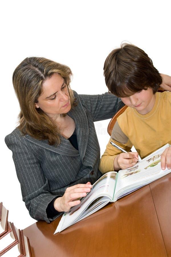παιδί που βοηθά τη μητέρα ερ στοκ εικόνα