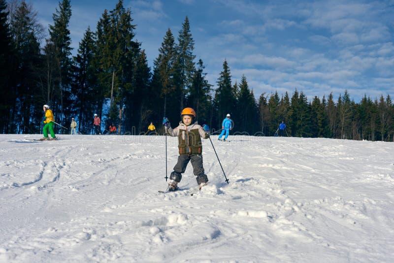 Παιδί που κάνει σκι στα βουνά στοκ εικόνες