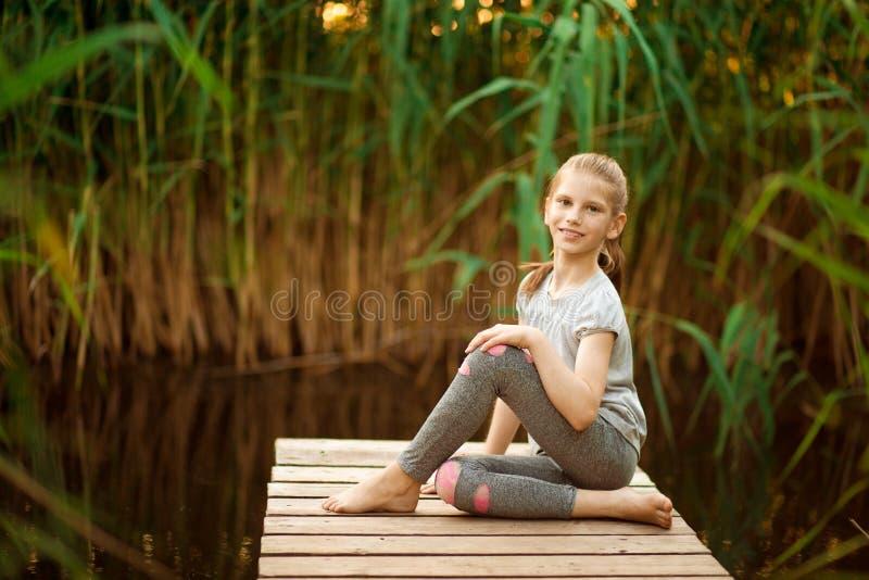 Παιδί που κάνει την άσκηση στην πλατφόρμα υπαίθρια r στοκ εικόνες με δικαίωμα ελεύθερης χρήσης
