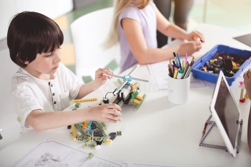 Παιδί που κάνει το παιχνίδι στην κατηγορία στοκ εικόνες με δικαίωμα ελεύθερης χρήσης