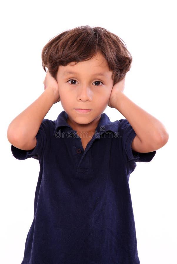 παιδί που καλύπτει τα αυ&tau στοκ φωτογραφία