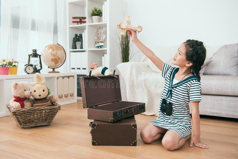 Παιδί που κρατά ένα αεροπλάνο παιχνιδιών στο χέρι της στοκ εικόνες με δικαίωμα ελεύθερης χρήσης