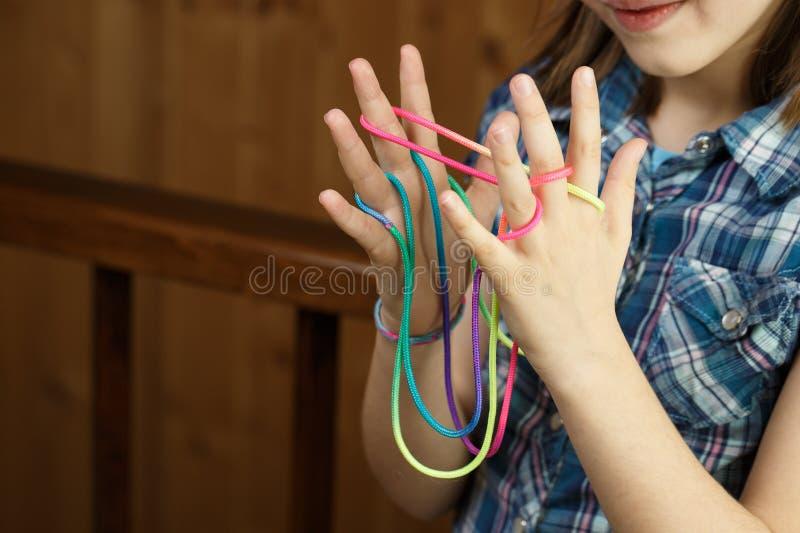 Παιδί που παίζει το κλασικό παιχνίδι σειράς, που δημιουργεί τις μορφές στοκ φωτογραφίες