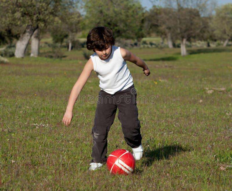 παιδί που παίζει το μικρό π&omi στοκ φωτογραφία