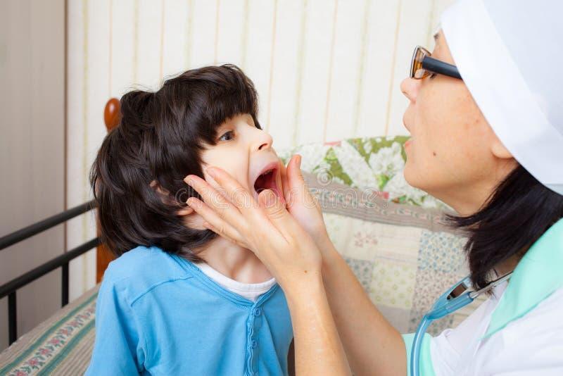 Παιδί που παρουσιάζει λαιμό του στο γιατρό στοκ εικόνα με δικαίωμα ελεύθερης χρήσης