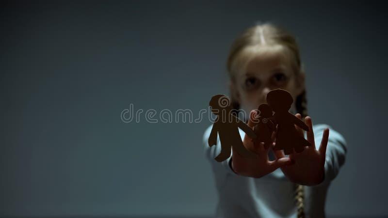 Παιδί που παρουσιάζει οικογένεια εγγράφου στη κάμερα, ορφανό παιδί που χάνει τους χαμένους γονείς απεικόνιση αποθεμάτων
