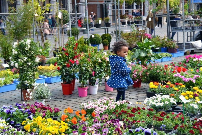 Παιδί που περιβάλλεται με τα λουλούδια στην οδό