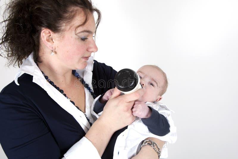 παιδί που ταΐζει την στοκ εικόνες