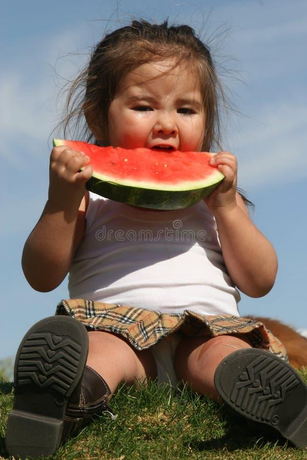 παιδί που τρώει το καρπούζι στοκ εικόνες