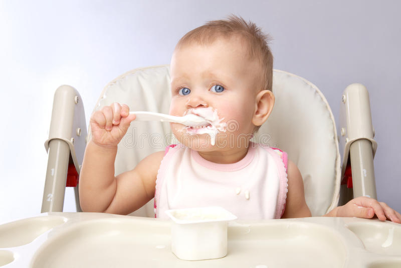 παιδί που τρώεται μικρός στοκ εικόνα
