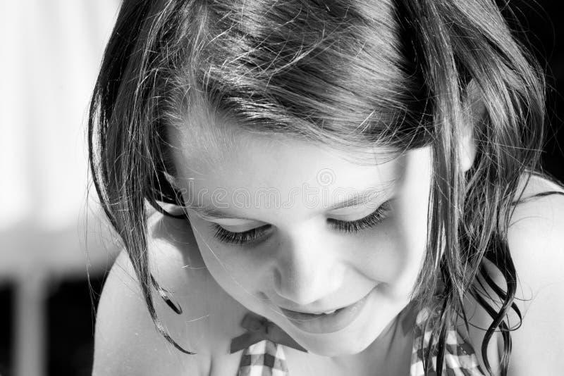 παιδί που φαίνεται κάτω καλοκαίρι στοκ φωτογραφία με δικαίωμα ελεύθερης χρήσης