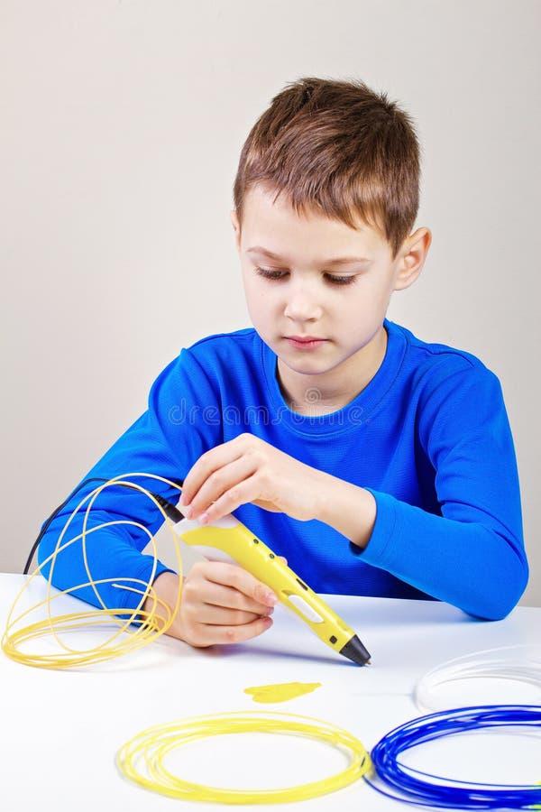 Παιδί που χρησιμοποιεί την τρισδιάστατη μάνδρα εκτύπωσης Δημιουργικός, τεχνολογία, ελεύθερος χρόνος, έννοια εκπαίδευσης στοκ φωτογραφίες