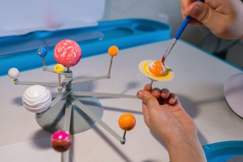 Παιδί που χρωματίζει τον Κρόνο σε ένα ηλιακό σύστημα στοκ φωτογραφίες