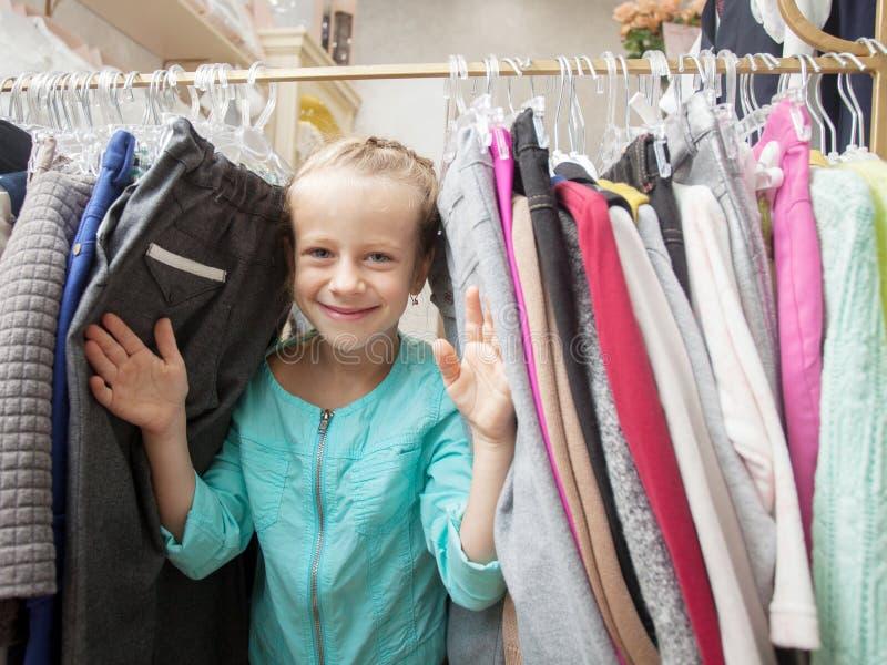 Παιδί σε ένα κατάστημα παιδιών στοκ φωτογραφία με δικαίωμα ελεύθερης χρήσης